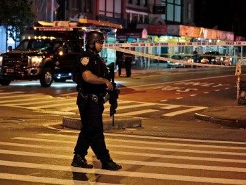 Un policía de Nueva York permanece en la escena de la explosión en una avenida en Manhattan