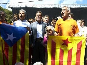 El expresidente de la Generalitat Artur Mas (centro) y el exconseller Francesc Homs (izquierda), en el municipio de Arenys de Munt