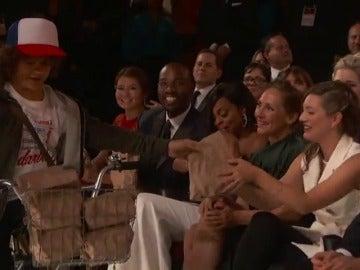 Frame 45.622413 de: Los niños de 'Stranger Things' reparten bocatas en los premios Emmy