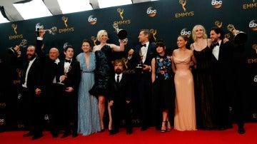 El equipo de 'Juego de Tronos' con sus premios Emmys