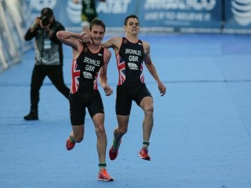 Jonathan Brownlee cruza la meta en México con ayuda de su hermano Alistair