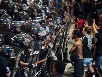 Manifestantes frente a la Policía en Charlotte