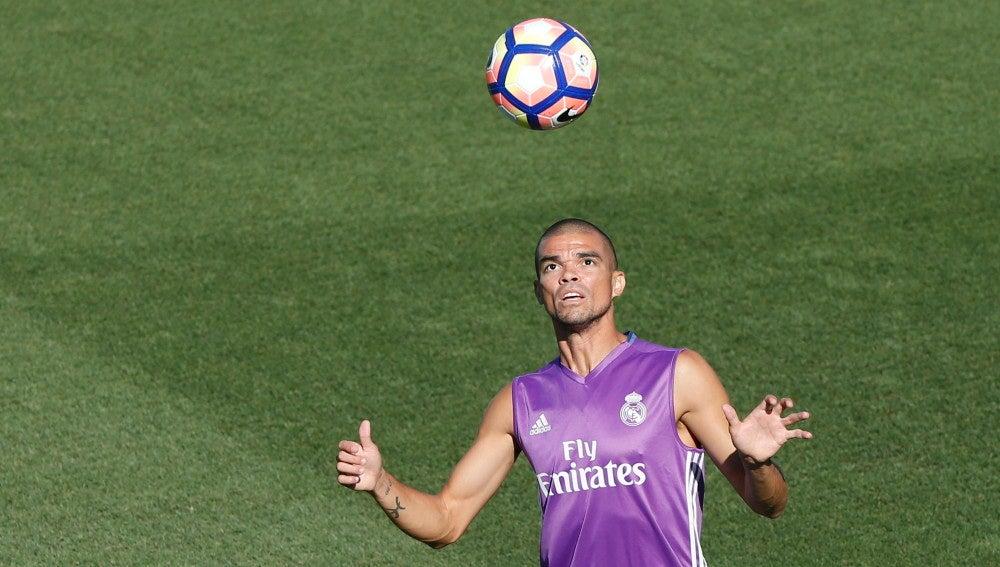 El defensa del Real Madrid, Pepe, en el entrenamiento de Valdebebas.