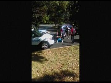 "Frame 77.140204 de: La mujer del hombre tiroteado en Charlotte rogó que no le dispararan: ""No va armado"""