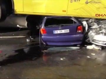 Frame 14.112272 de: Un hombre provoca un accidente de tráfico al golpear con un paraguas al conductor de un autobús