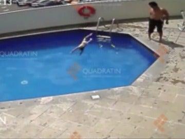 Imagen que muestra cómo el hombre lanza violentamente a la menor al agua