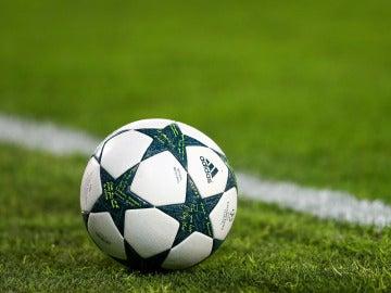 El balón de la Champions League, sobre el césped