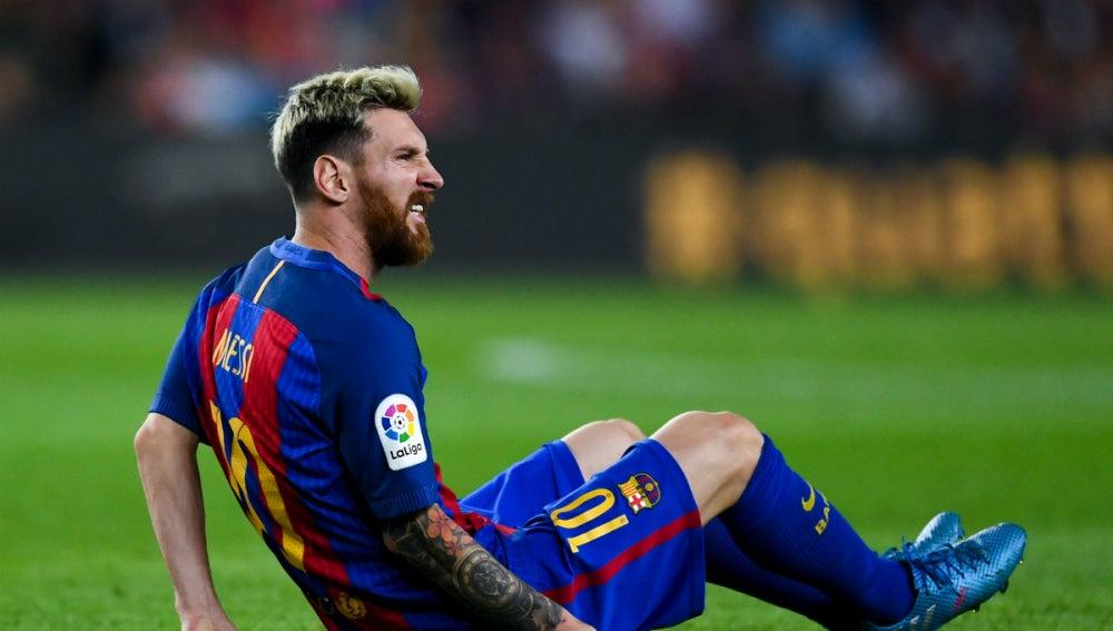 Messi se duele en el césped