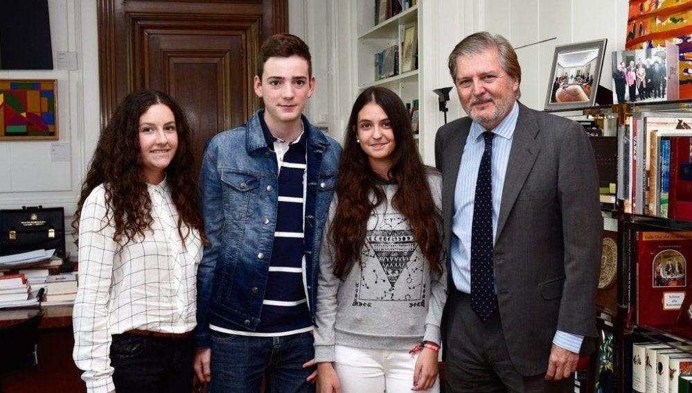 El ministro de Educación y Cultura, Íñigo Méndez de Vigo, se reúne con los niños que han iniciado una petición para que se retiren las reválidas