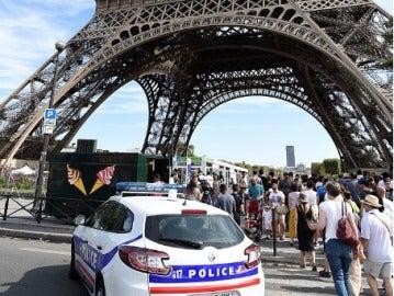 Un niño diabético es tratado como un 'terrorista' en la Torre Eiffel por llevar una bolsa para guardar su insulina