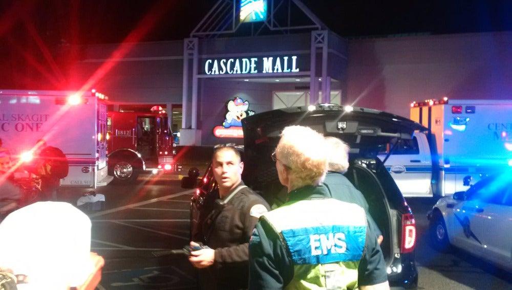 Sanitarios esperan para entrar en el Cascade Mall tras el tiroteo