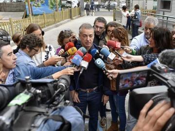 El lehendakari y candidato a la reelección, Íñigo Urkullu, atiende a los medios tras ejercer su derecho al voto