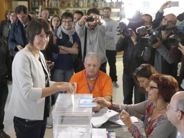 La candidata del BNG a la presidencia de la Xunta, Ana Pontón, vota en un colegio electoral