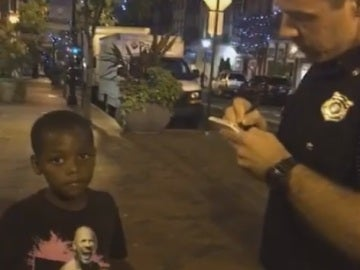 Un policía identifica a un niño negro en bicicleta en Estados Unidos
