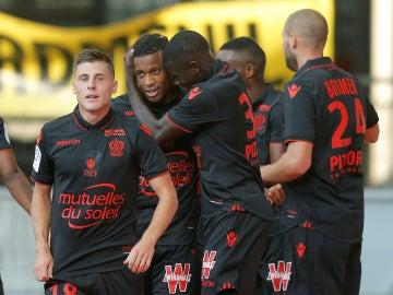 Los jugadores del Niza celebran el gol de Alassane Plea ante el Nancy