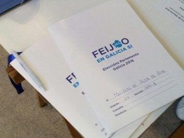 El Partido Popular utiliza propaganda en algunos colegios electorales de Galicia