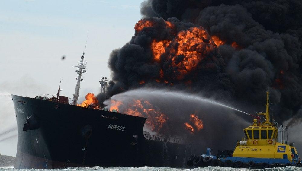Incendio de 'Burgos', un buque cisterna de Pemex en México