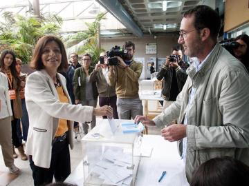La candidata de Ciudadanos a la Presidencia de la Xunta, Cristina Losada, deposita su voto