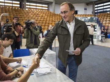 Alfonso Alonso ejerce su derecho a voto
