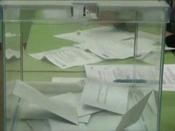 Frame 8.355161 de: La retirada de carteles y los famosos 'sefies' protagonizan las curiosidades de las elecciones vascas y gallegas