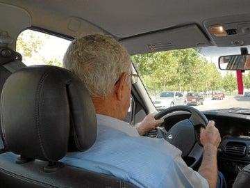 Un hombre mayor conduciendo