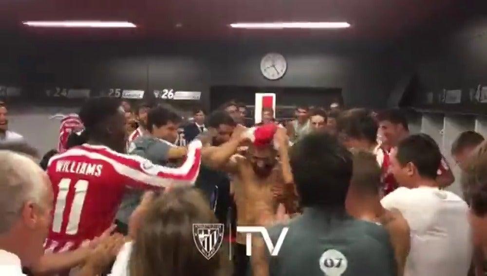 Frame 4.074226 de: Aluvión de 'collejas' para felicitar a Balenziaga por su primer gol con el Athletic