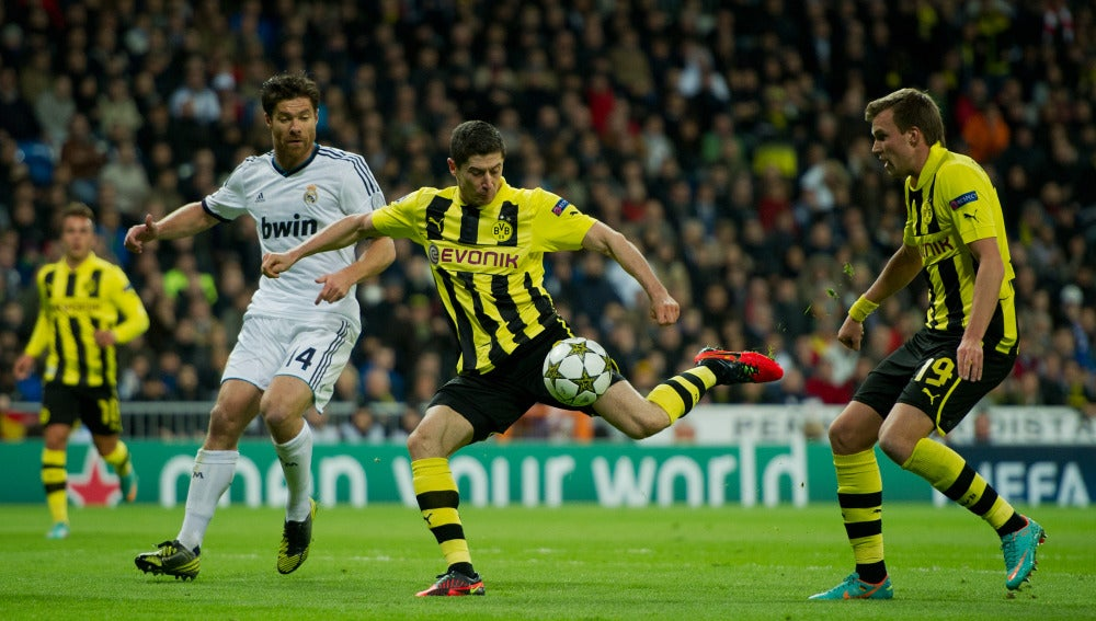 Robert Lewandowski con el Borussia Dortmund anotando un gol al Real Madrid