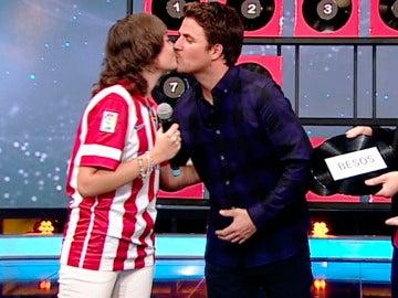 Dani Martín besa en la boca a una de sus fans