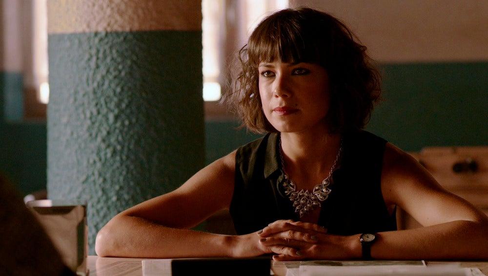 Pilar habla con Vlad en el bar