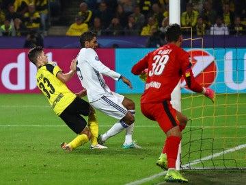 Varane anota el segundo gol del Real Madrid