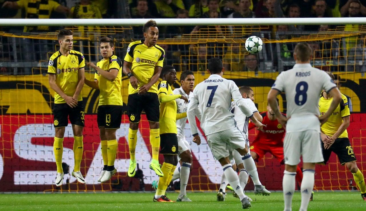 Disparo de Cristiano que el portero del Dortmund despeja sin problemas
