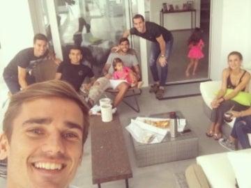 Jugadores del Atlético visitando a su compañero Augusto en su casa.