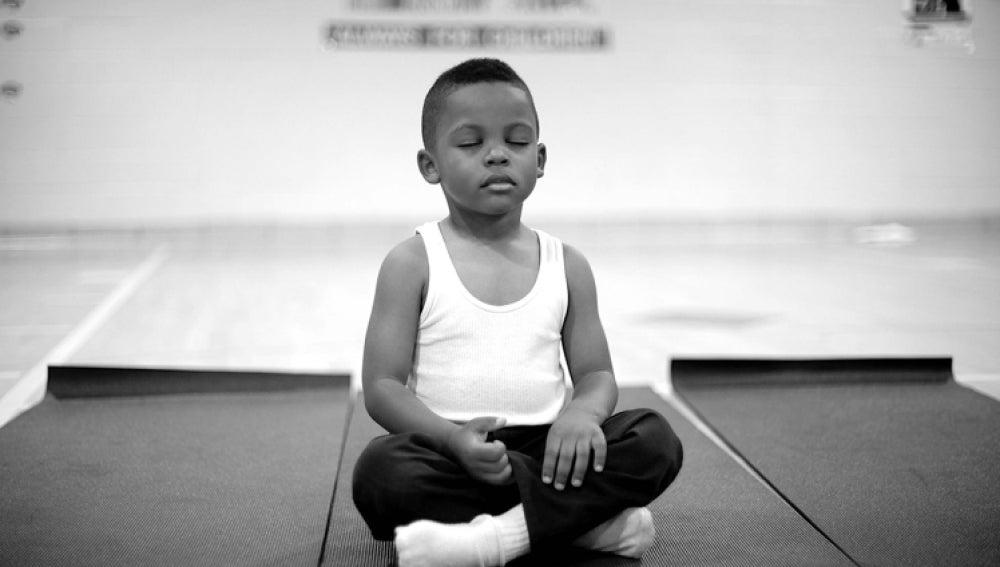 Niño meditando