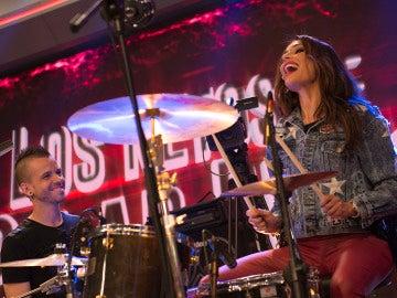 Pilar Rubio se convierte en batería del grupo Obús por un día