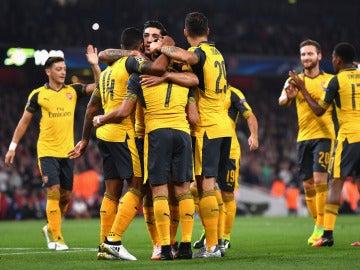 Los jugadores del Arsenal celebran el gol de Walcott