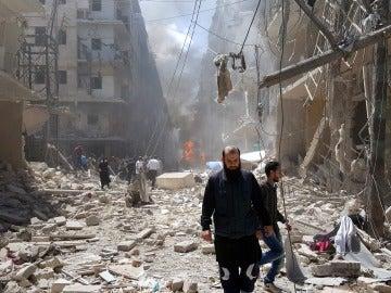 Varios sirios recorren una calle del barrio Bustan Al Qasr en Alepo (Siria)