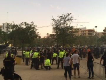 La policía española con aficionados galos en el Sevilla-Lyon.