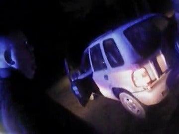 Frame 20.745908 de: Un vídeo muestra como un policía mata, en un tiroteo, a un niños de 6 años