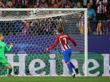 Griezmann manda el balón al larguero ante la mirada de Neuer