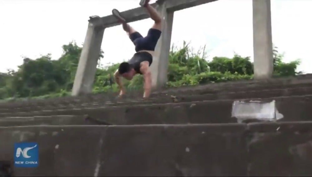 Frame 20.885098 de: Estudiante chino rompe récord caminando con sus brazos