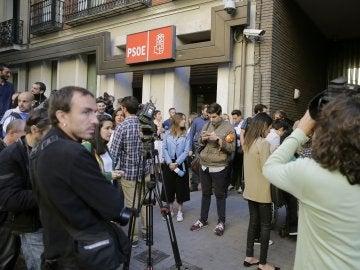 Numerosos periodistas a la entrada de la sede del PSOE en Ferraz