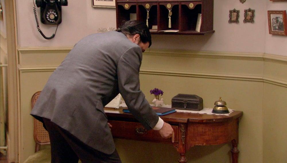 Camilo roba a Benigna en el hostal