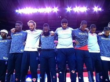 Los jugadores de los Knicks y de los Rockets, unidos durante el himno de Estados Unidos