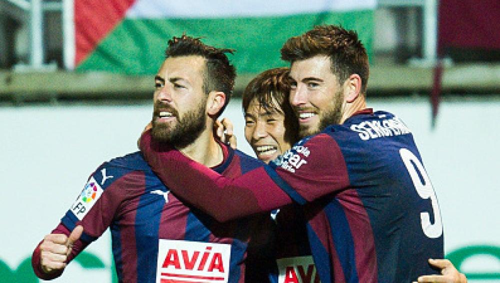 Sergi Enrich y Antonio Luna celebran un gol con el Eibar