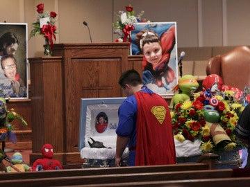 Dale Hall, vestido de Superman, se despide ante el ataúd durante el funeral de su hermano Jacob Hall