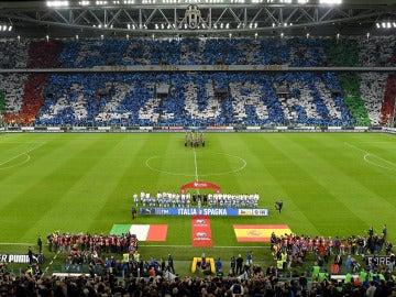 Jugadores y aficionados de Italia aplaudieron el himno español para silenciar los silbidos