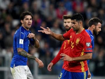 Diego Costa protesta una acción durante el Italia - España