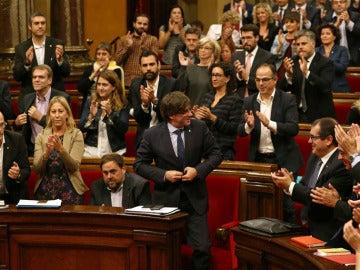 Puigdemont, president de la Generalitat, aplaudido en el Parlament