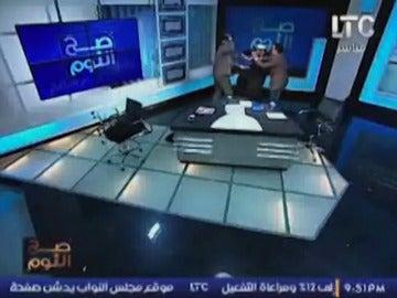 Frame 15.131032 de: Un abogado golpea en un plató de televisión a un imán con un zapato