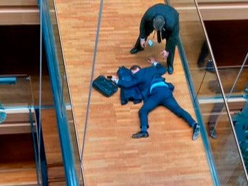 Steven Woolfe en el suelo